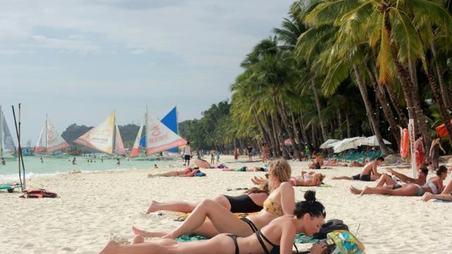 Des touristes sur une plage de Boracay aux Philippines, le 7 avril 2018 [STR / AFP/Archives]