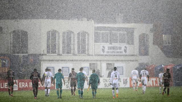 Le match a été arrêté à la 54e minute alors que les deux équipes étaient à égalité 2-2.
