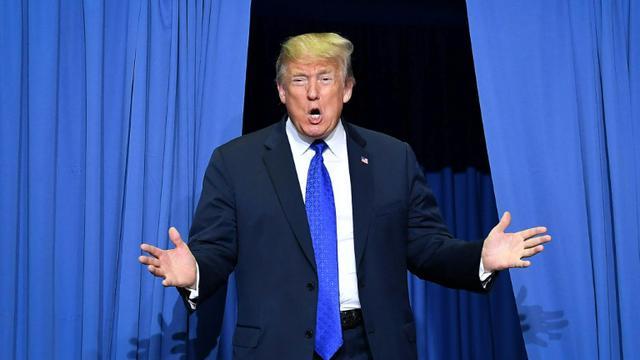 Le président Donald Trump, photographié à son arrivée mardi pour un meeting de campagne à Southaven, Mississippi, a raillé l'accusatrice de son candidat à la Cour suprême. [MANDEL NGAN / AFP]