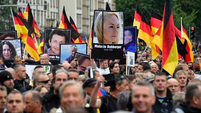 Des portraits de victimes de migrants brandis lors d'une manifestation organisée par Alternative pour l'Allemagne (AfD) le 1er septembre 2018 à Chemnitz  [John MACDOUGALL / AFP/Archives]