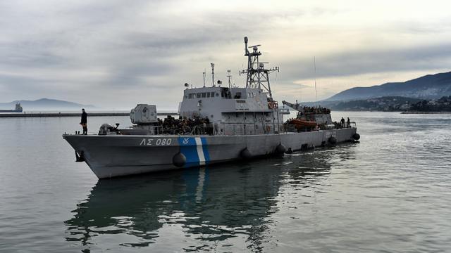 Un navire des gardes côtes grec à Lesbos, en février 2016 [ARIS MESSINIS / AFP/Archives]