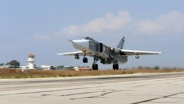 Un avion russe Soukhoï SU-24 décolle de la base aérienne de Hmeimim, dans la province syrienne de Lattaquié, le 3 octobre 2015 [ALEXANDER KOTS / KOMSOMOLSKAYA PRAVDA/AFP/Archives]