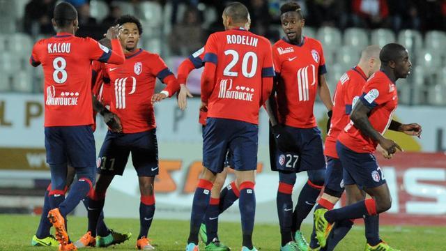 Le Cap-Verdien Ryan Mendes félicité par ses équipiers du LOSC après un but contre Evian-Thonon-Gaillard en Ligue 1 le 16 février 2014 à Annecy. [Jean-Pierre Clatot / AFP]