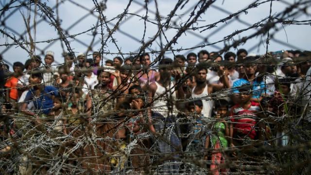 Des réfugiés rohingyas rassemblés dans un camp provisoire à la frontière entre la Birmanie et le Bangladesh le 25 avril 2018 [Ye Aung THU / AFP/Archives]