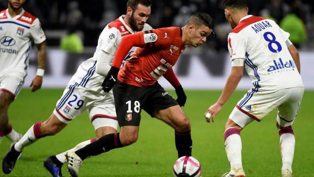 Hatem Ben Arfa (c) sème la panique dans la défense lyonnais entre Lucas Tousart (g) et Houssem Aouar (d) le 5 décembre 2018 à Décines-Charpieu   [JEAN-PHILIPPE KSIAZEK / AFP]