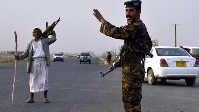 Un soldat yéménite à un poste de contrôle sur la route vers Amran, à 50 kilomètres de la capitale Sanaa, le 9 juillet 2014 [Mohammed Huwais / AFP/Archives]