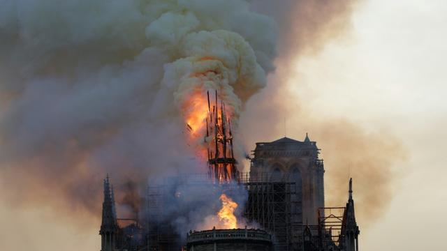 La flèche de Notre-Dame en flammes le 15 avril 2019 [Geoffroy VAN DER HASSELT / AFP]