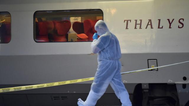 Un policier s'apprête à monter à bord d'un train Thalys, stationné en gare d'Arras après une attaque déjouée, le 21 août 2015 [PHILIPPE HUGUEN / AFP/Archives]