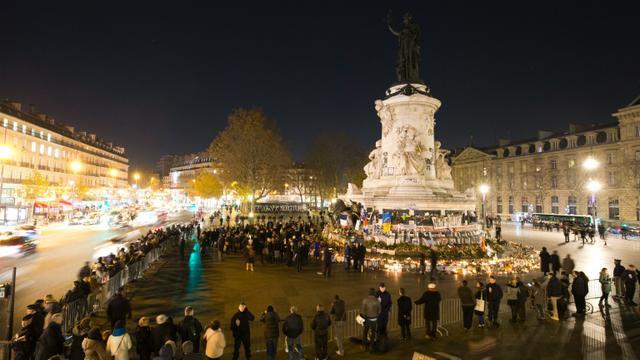Des maires du monde entier et des anonymes se recueillent place de la République à la mémoire des victimes des attentats de Paris, le 4 décembre 2015 [JOEL SAGET / AFP]