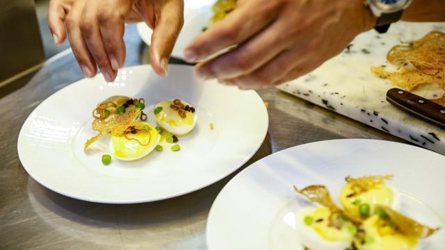 Préparation d'oeuf mayonnaise lors d'un concours à Paris le 11 juin 2018 [GEOFFROY VAN DER HASSELT / AFP]