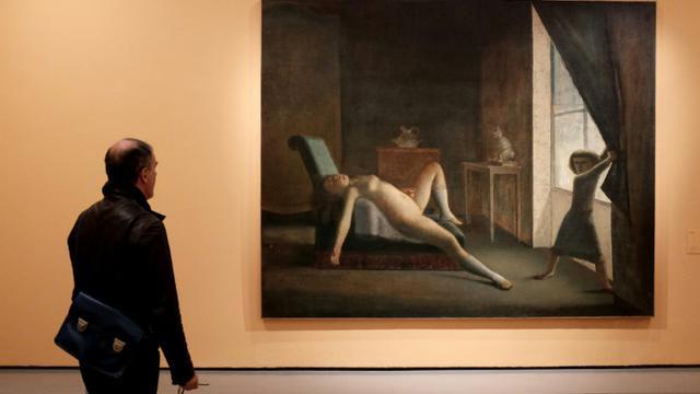 Un homme regarde une peinture de Balthus (1908-2001) lors d'une exposition à la Villa Médicis à Rome le 23 octobre 2015 [ALBERTO PIZZOLI / AFP]