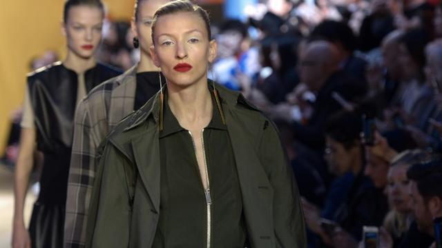 Des mannequins présentent des créations de la maison Céline lors des défilés des collections printemps/été 2016 de la Fashion-Week, le 4 octobre 2015, à Paris [Bertrand GUAY / AFP]