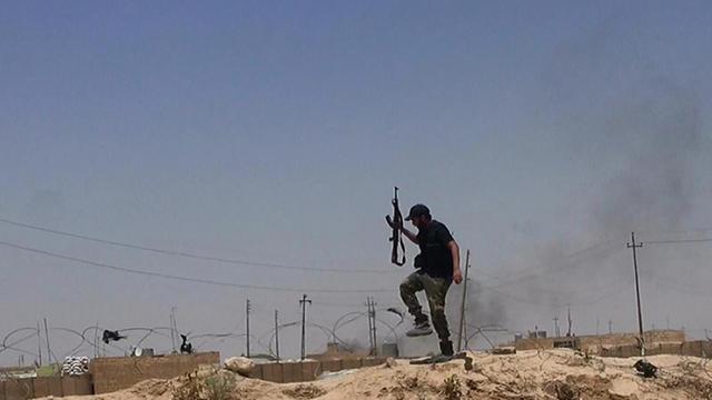 Une image du compte Twitter de Al-Baraka datée du 11 juin 2014 montre un militant présumé du groupe jihadiste de l'Etat Islamique à la frontière de l'Irak et la Syrie [- / Albaraka news/AFP/Archives]