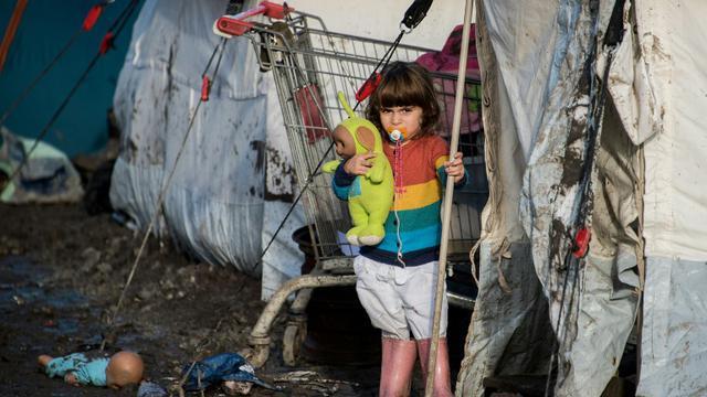Une enfant kurde dans le camp de migrants de Grande-Synthe, près de Dunkerque, dans le nord de la France, le 23 décembre 2015 [DENIS CHARLET / AFP]