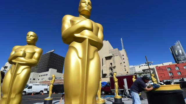 (ILLUSTRATION) Des reproductions des célèbres statuettes des Oscars, photographiées le 24 février 2016 à Hollywood, en Californie [FREDERIC J. BROWN / AFP/Archives]