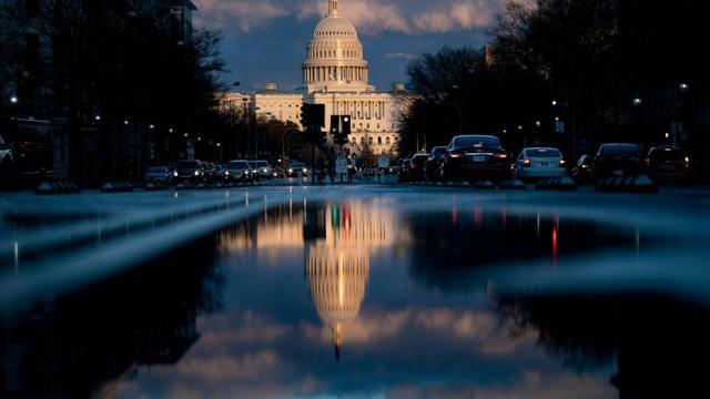 Le soleil se couche sur le Capitole à Washington le 22 mars 2019, peu après la remise du rapport du procureur spécial Mueller en charge de l'enquête russe  [Brendan Smialowski / AFP]