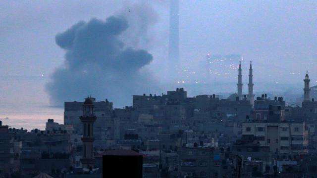 De la fumée au-dessus de Gaza après des frappes aériennes israéliennes, le 3 juin 2018 [Mahmud Hams / AFP]