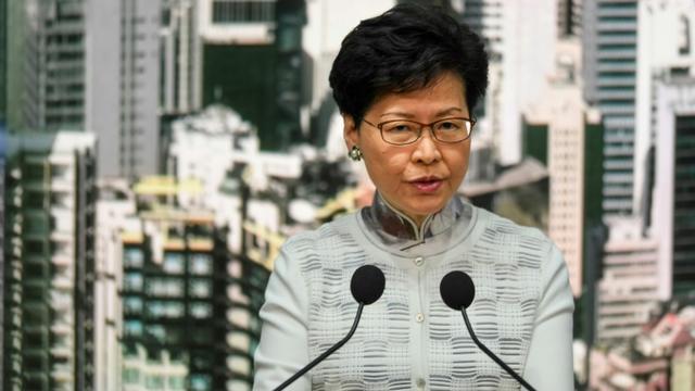 La dirigeante de l'exécutif pro-Pekin de Hong Kong Carrie Lam annonce la suspension du projet de loi prévoyant les extraditions vers la Chine lors d'une conférence de presse le 15 juin 2019  [Anthony WALLACE / AFP]