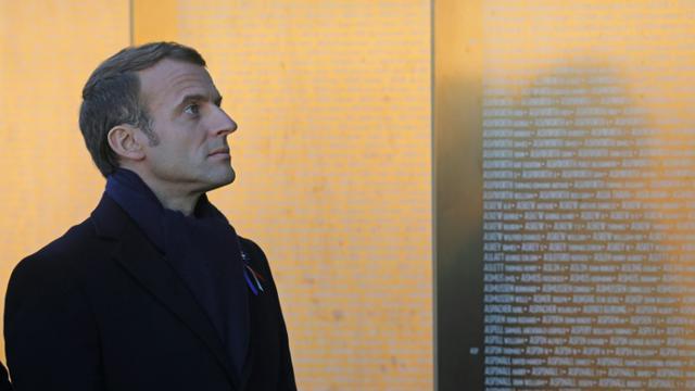 """Emmanuel Macron devant le mémorial de l'""""anneau de la mémoire"""" à Ablain-Saint-Nazaire, le 8 novembre 2018 [Ludovic MARIN / POOL/AFP]"""