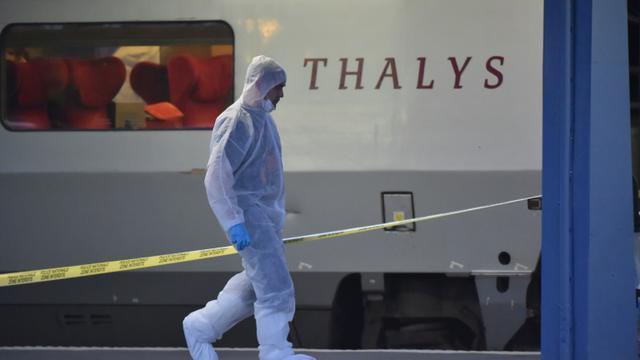 La police scientique le 21 août 2015 aux abords d'un train Thalys à bord duquel un Marocain armé a blessé deux personnes avant d'être maîtrisé par des passagers [Philippe Huguen / AFP/Archives]