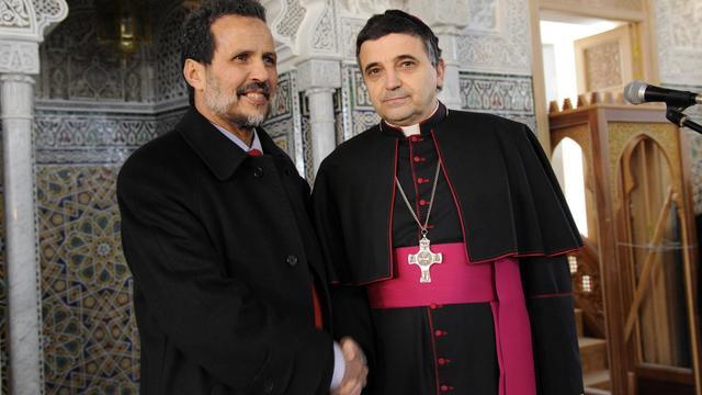 L'évêque de Saint-Etienne Dominique Lebrun serrant la main du recteur de la mosquée de la ville, Larbi Marchiche, le 14 février 2010 à Saint-Etienne [Philippe Merle / AFP/Archives]