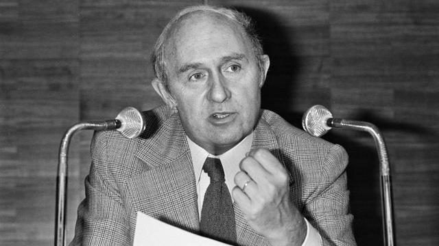 Le député Lucien Neuwirth lors d'un discours à l'Aassemblée nationale, le 15 juin 1978 [PIERRE GUILLAUD / AFP]