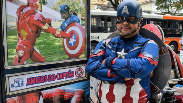 Le candidat brésilien Luiz Carlos de Paula pose en costume de Captain America à Sao Paulo le 26 septembre 2018. [NELSON ALMEIDA / AFP]