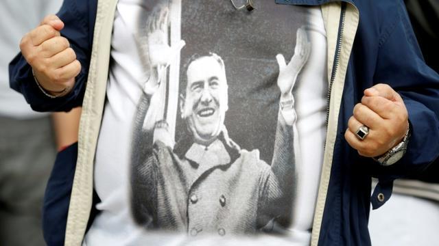 Un manifestant porte un T-shirt à l'effigie de l'ancien président argentin Juan Alberto Peron lors d'un rassemblement antigouvernemental à Buenos Aires, en avril 2019  [Emiliano Lasalvia / AFP/Archives]