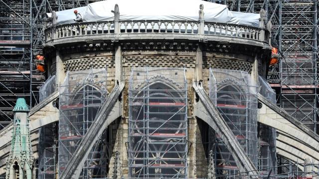 Des ouvriers sur le chantier de restauration de Notre-Dame gravement endommagée par un incendie, le 7 mai 2019 à Paris [Ludovic MARIN / AFP]