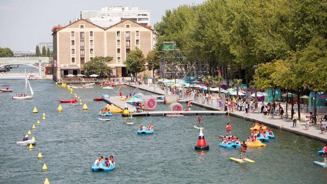 Grande nouveauté cette année, une zone de baignade en eau libre a été installée dans le bassin de la Villette (19e).