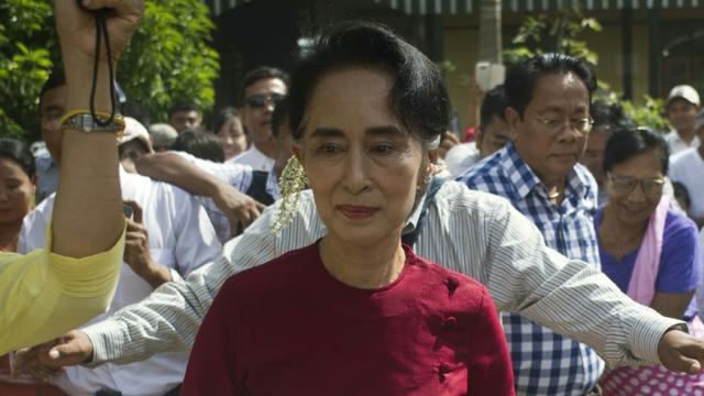 Aung San Suu Kyi visite un bureau de vote le 8 novembre 2015 à Rangoun [Ye Aung Thu / AFP/Archives]