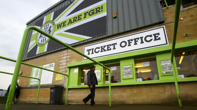 """L'entrée du club Forest Green Rovers, dans l'ouest de l'Angleterre, premier club """"vert"""", le 8 août 2017 [GEOFF CADDICK / AFP]"""