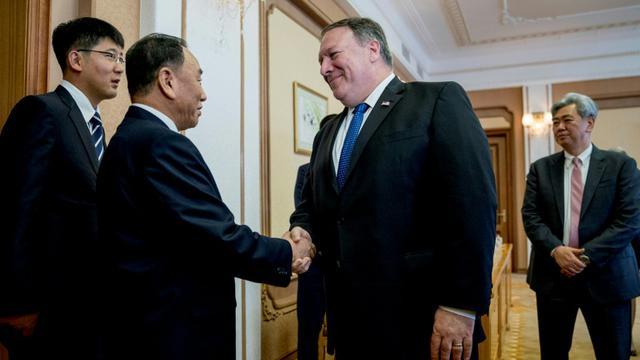 Le secrétaire d'Etat américain Mike Pompeo accueilli par le bras droit du leader nord-coréen, Kim Yong Chol, à Pyongyang, le 6 juillet 2018  [Andrew Harnik / POOL/AFP]