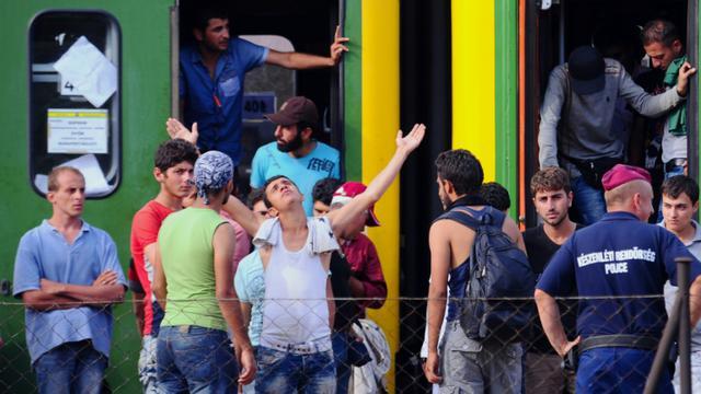 Des migrants bloqués le 3 septembre 2015 à la gare de Budapest [ATTILA KISBENEDEK / AFP]