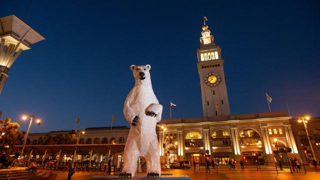Statue d'ours polaire géant installée à San Francisco pendant le sommet mondial sur le climat, le 13 septembre 2018 [JOSH EDELSON / AFP]