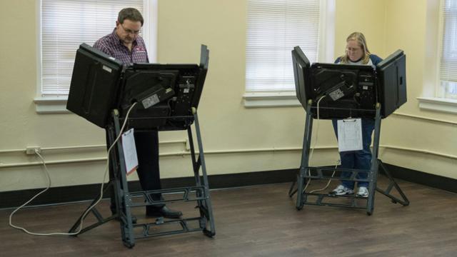 """Des Américains votent le 29 février 2016 à Conway, dans l'Arkansas, pour le """"super mardi"""" [Michael B. Thomas / AFP]"""