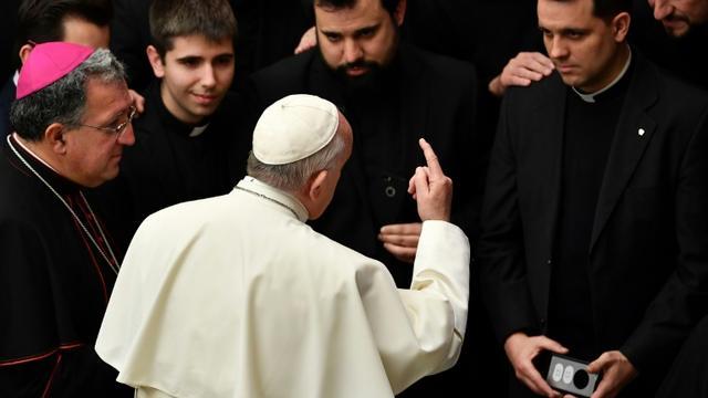 Le pape François parle avec des séminaristes à l'issue de son audience générale hebdomadaire, le 20 février 2019 au Vatican [Vincenzo PINTO / AFP]