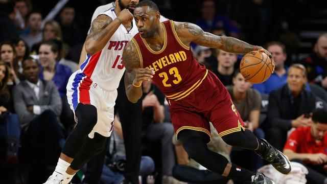 Le joueur de basket de Cleveland, LeBron James (d), lors du match contre Detroit à Auburns Hill dans le MIchigan, le 29 janvier 2016  [Gregory Shamus / Getty/AFP]
