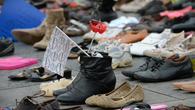 """La place de la République à Paris couverte de chaussures, """"marche"""" silencieuse et symbolique pour le climat, en lieu et place d'un défilé interdit par les autorités françaises dans le cadre de l'état d'urgence, le 29 novembre 2015 [MIGUEL MEDINA / AFP]"""