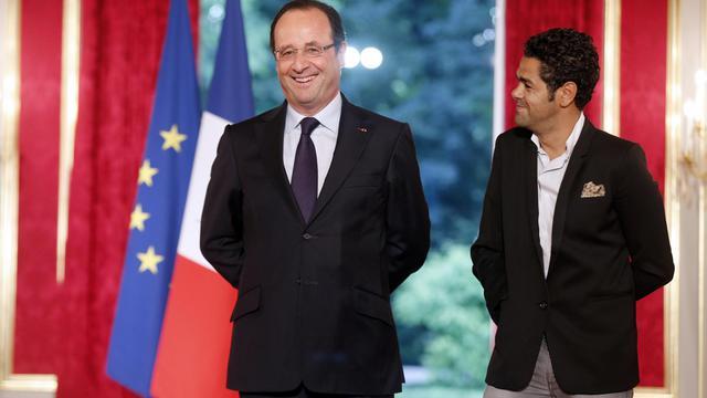 image d'archive du comédien jamel Debbouze avec le président de la République François Hollande le 12 juin 2013 à l'Elysée [Francois Guillot / AFP/Archives]