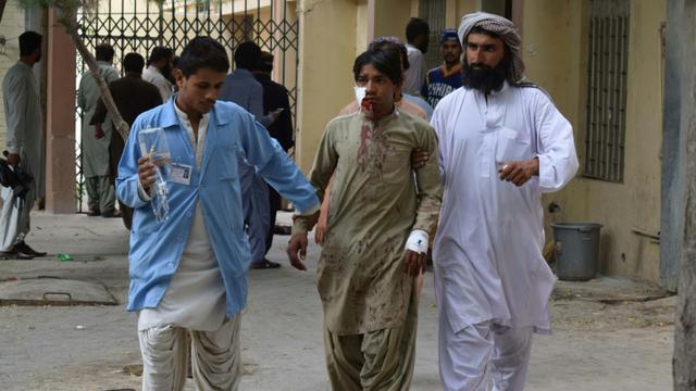 Un blessé acheminé à l'hôpital, le 13 juillet 2018 à Quetta, après l'attentat suicide qui a frappé une réunion électorale à Mastung, au sud-ouest du Pakistan [BANARAS KHAN / AFP]