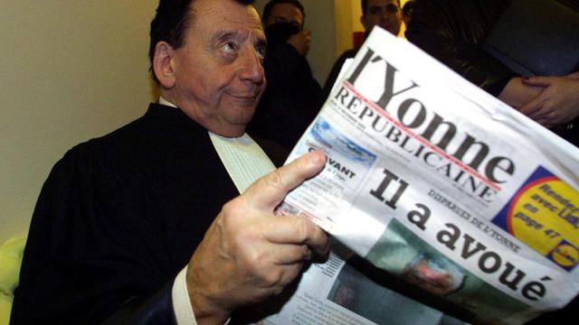 Me Pierre Gonzalez de Gaspard, avocat des familles dans l'affaire des disparues de l'Yonne, attend dans un couloir du palais de justice d'Auxerre, le 14 décembre 2000 à Auxerre [Eric Cabanis / AFP/Archives]