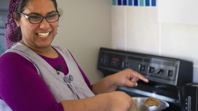 Nasreen Riley, une habitante d'un quartier pauvre du Cap, le 3 septembre 2015 dans sa cuisine  [RODGER BOSCH / AFP]