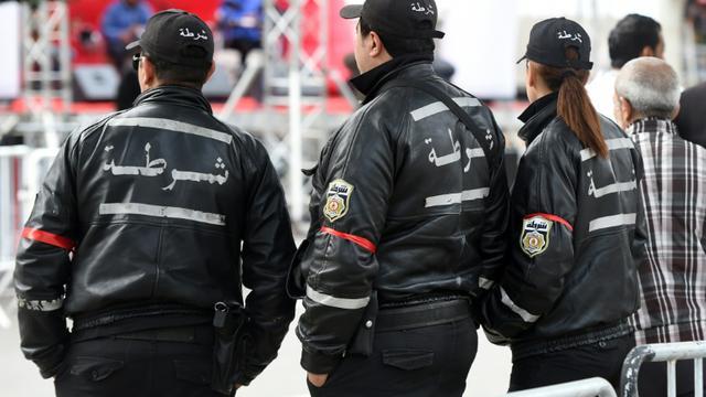 Des policiers tunisiens surveillent une manifestations à Tunis, le 18 janvier 2016 [FETHI BELAID / AFP/Archives]