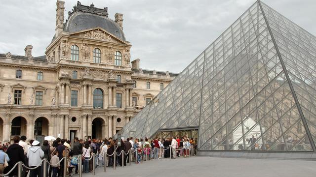 File d'attente de visiteurs à l'entrée du musée du Louvre à Paris.