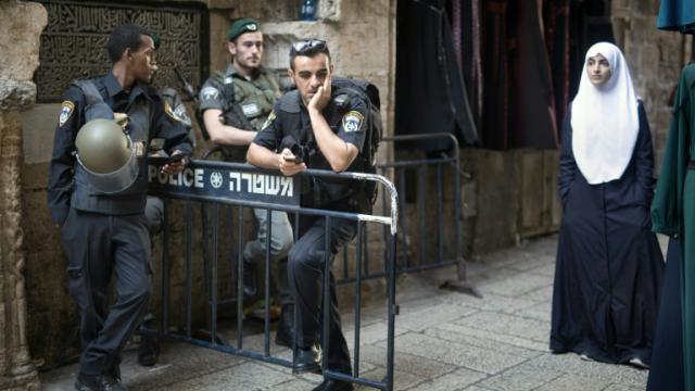 La police israélienne contrôle un point de passage dans la Vieille ville de Jérusalem le 8 octobre 2015 [MENAHEM KAHANA / AFP]