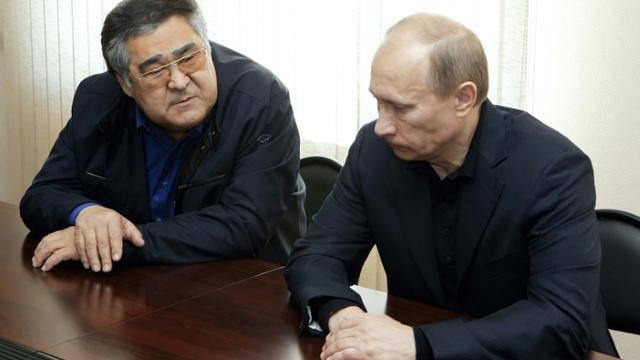 Aman Touleïev au côté de Vladimir Poutine après une explosion dans une mine en 2010 [ALEXEI NIKOLSKY / RIA NOVOSTI/AFP/Archives]