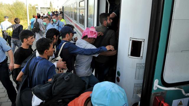 Des migrants et réfugiés montent dans un train à la gare d'Ilaca, le 17 septembre 2015 en Croatie, près de la frontière avec la Serbie [ELVIS BARUKCIC / AFP]