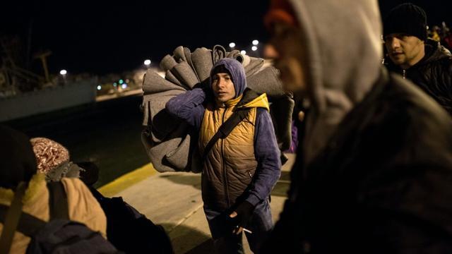 Des migrants arrivent au port du Pyrée, à Athènes, après une traversée depuis les îles de Lesbos et Chios, le 23 janvier 2016 [ANGELOS TZORTZINIS / AFP/Archives]