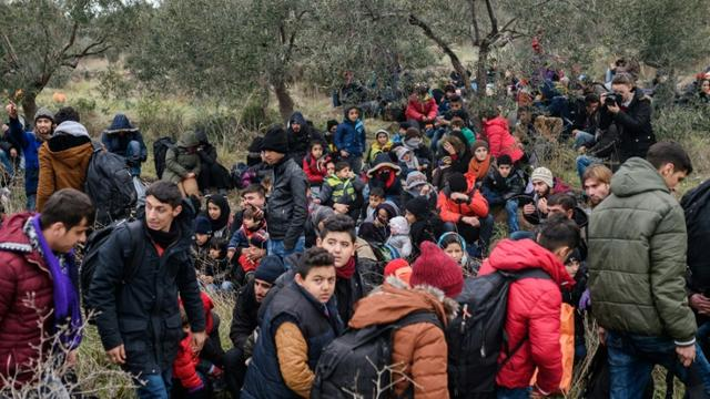 Des migrants le 29 janvier 2016 à Canakkale en Turquie espèrent atteindre l'île grecque de Lesbos [OZAN KOSE / AFP/Archives]
